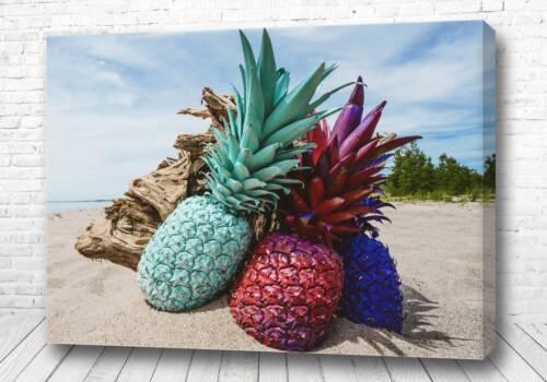 Три ананаса на берегу