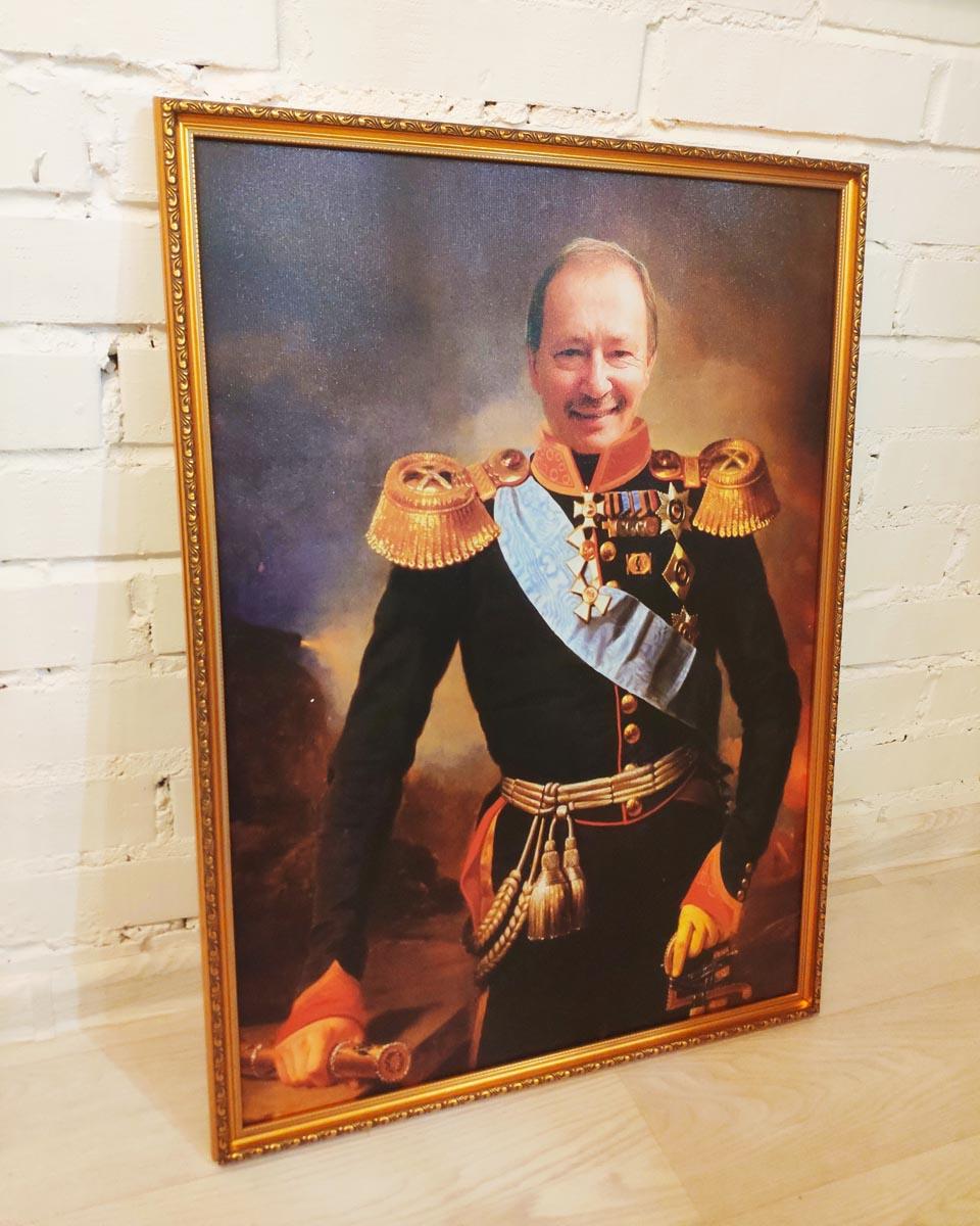 Портрет в образе генерала в интерьере